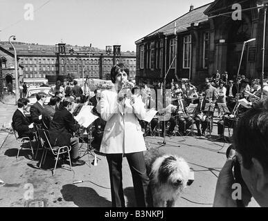 Fichiers 1968 Beatles Paul McCartney joue trompette jouant avec Black Dyke mills brass band accompagné par Martha Banque D'Images