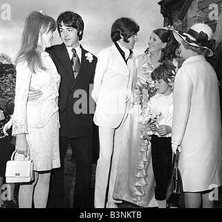 Fichiers 1968 Beatles Paul McCartney avec ma copine Jane Asher à son mariage frères Mike McCartney à Angela Fishwick Banque D'Images