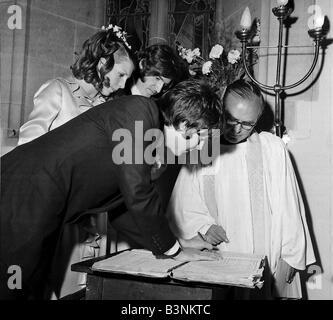 Fichiers 1968 Beatles Paul McCartney est un témoignage de son frère Mike s mariage à Angela Fishwick signature le Banque D'Images