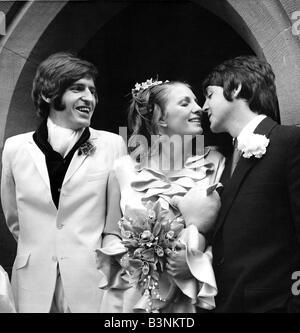 Fichiers 1968 Beatles Paul McCartney embrasse sa nouvelle soeur Angela Fishwick qui épousa son frère Mike dans le Banque D'Images
