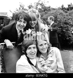 Fichiers 1968 Beatles Paul McCartney avec ma copine Jane Asher assiste à ses frères Mike mariage à Angela Fishwick Banque D'Images