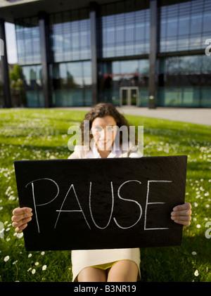Allemagne, Baden-Württemberg, Stuttgart, business woman, holding sign Banque D'Images