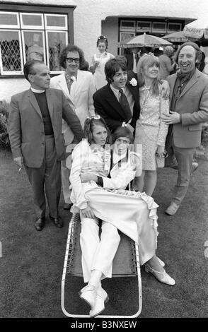 Juin 1968 les Beatles Paul McCartney et petite amie Jane Asher et Roger McGough et John Gorman de l'échafaudage Banque D'Images
