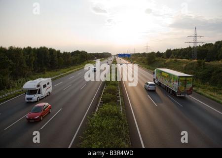 Soirée le trafic sur l'autoroute A2 près de Hanovre Banque D'Images