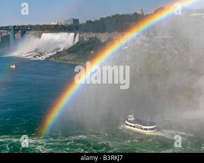 Canada, Ontario, Niagara Falls, Maid of the Mist bateau d'approcher les chutes américaines avec un arc-en-ciel Banque D'Images