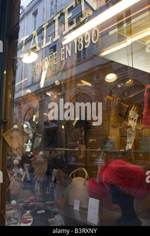 Boutique de produits en cuir pour hommes traditionnels gants, chapeaux et accessoires de mode sur les Galeries Royales Saint-Hubert à Bruxelles Belgique