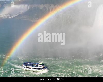 Canada, Ontario, Niagara Falls, Maid of the Mist bateau d'approcher la Chute canadienne avec un arc-en-ciel avec Banque D'Images