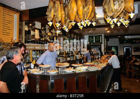 Pintxos (tapas) bar en Espagne, le San Sebastian appelé Akalak Restaurante Bar dans le vieux quartier de la ville Banque D'Images
