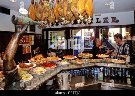 Espagne, Pays Basque, San Sebastian. Superbe pintxos (tapas) dans la région de Akalak Restaurante Bar dans le vieux Banque D'Images