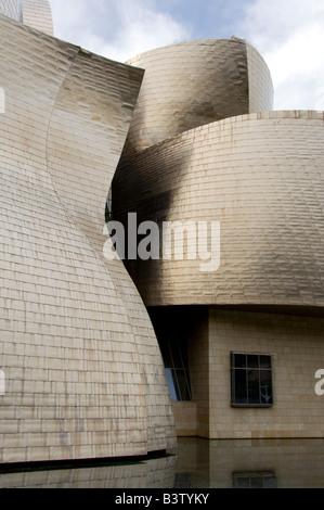 L'Espagne, Bilbao. Musée Guggenheim conçu par l'architecte Frank Gehry, réfléchissant Panneaux de titane. Banque D'Images