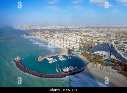 Vue de l'hôtel Burj Al Arab à l'hôtel Jumeirah Beach et Sheikh Zayed Road dans la distance. Dubaï, Émirats arabes Banque D'Images