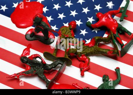 Une photo montrant conceptuel soldats jouets dans une mare de sang sur un drapeau américain Banque D'Images