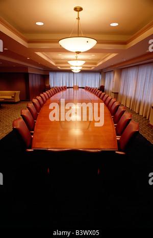 Salle du conseil d'élaborer une table et des chaises dans un bureau d'entreprise Banque D'Images
