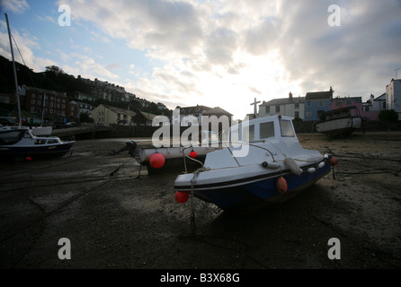 Bateaux amarrés à marée basse à Ifracombe Harbour, North Devon, Angleterre. Banque D'Images
