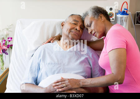 Senior Couple Embracing in Hospital Banque D'Images