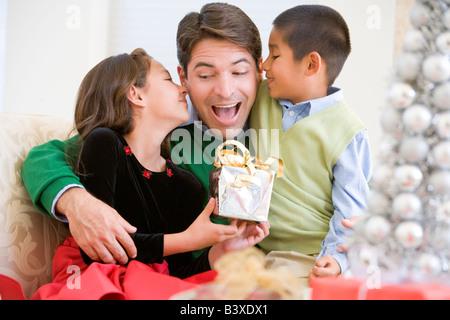 Père Étant donné un cadeau de Noël par sa fille et fils
