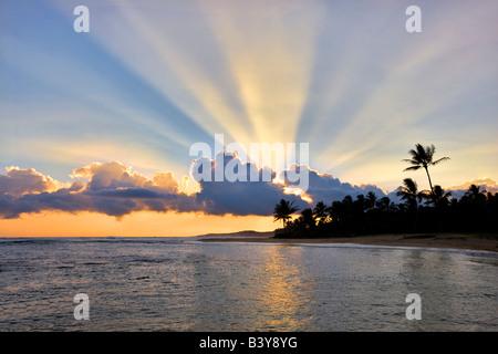 Coucher du soleil à Poipu Beach avec des rayons de lumière Kauai Hawaii Banque D'Images
