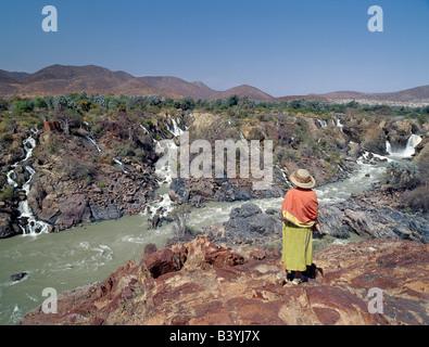 """La Namibie, Kaokoland, Epupa. Epupa Falls dans le nord-ouest de la Namibie sauvage sont une série de voies parallèles où la rivière Kunene tombe à 60 mètres dans un kilomètre et demi. Dans cette région éloignée, la rivière forme la frontière entre l'Angola et la Namibie. Epupa '' dans la langue Herero local signifie """"eaux chute'."""