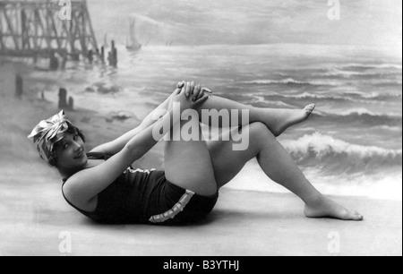 bain, maillot de bain, jeune femme portant une robe de bain sur la plage, pleine longueur, photo studio, carte postale, Banque D'Images