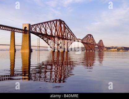 dh Cantilever relie l'Écosse AU PONT FIRTH OF FORTH UK L'ingénierie victorienne british rail célèbre chemin de fer de rivière