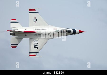 Solo F-16 jet fighter passant près du public - aerobatic team Thunderbirds en vol à Elmendorf Air Force Base