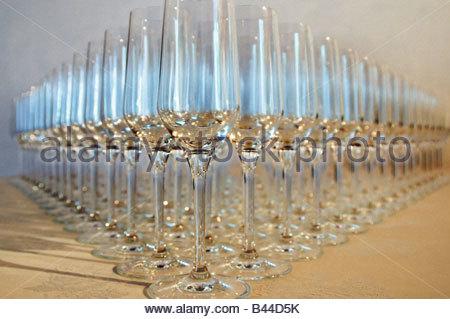 Verres à vin sont alignées en rangées Banque D'Images