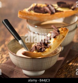 Café chaud et flocons de chocolat sur toast Banque D'Images