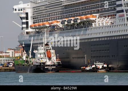 Queen Mary 2 et de soutage navire-citerne de ravitaillement en Whitchallenger le recouvrement de croisière dans Banque D'Images
