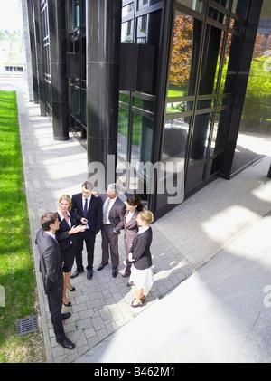 Allemagne, Baden-Württemberg, Stuttgart, Businesspeople talking, elevated view Banque D'Images
