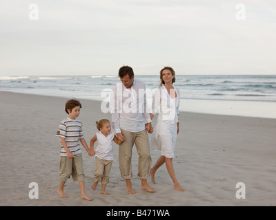 Balades en famille sur la plage Banque D'Images