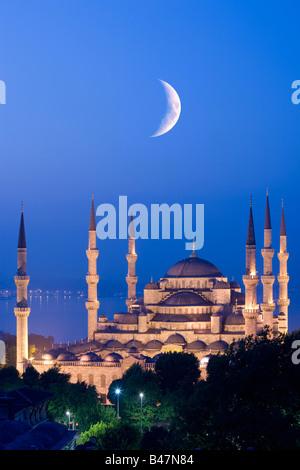 Croissant de lune plus de Mosquée Sultan Ahmed Mosquée Bleue Istanbul Turquie Banque D'Images