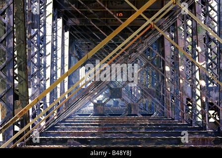 Je suis intéressé par l'intermédiaire de poutres en fer Vue du pont ferroviaire de cantilever highbridge