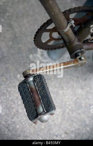 De pédale d'un vieux vélo abandonné.