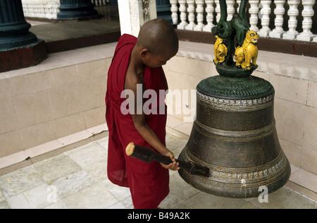 Un jeune moine dans la pagode Shwedagon Pagode Temple, Yangon, Myanmar Banque D'Images