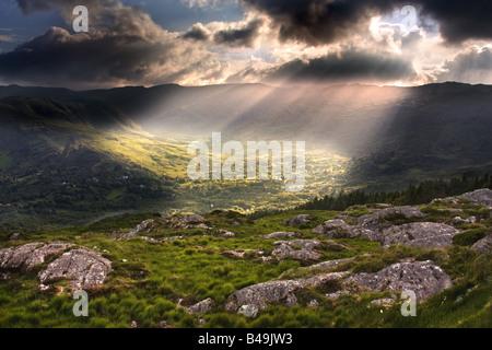 Les rayons du soleil sur la route entre Cork et Kerry, Irlande. Banque D'Images