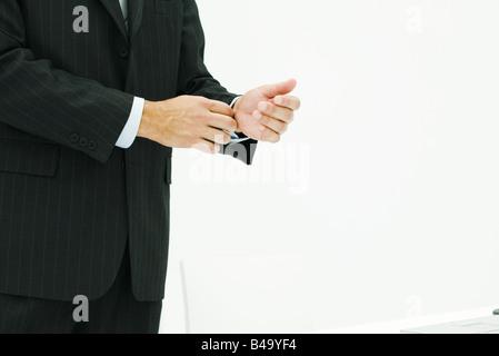 Man in suit, réglage de pression, cropped view