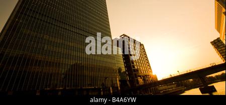 Coucher du soleil à Canary Wharf, Londres. Banque D'Images
