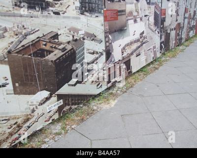 Photos sur le mur par des militaires check point Charlie Berlin Allemagne Banque D'Images