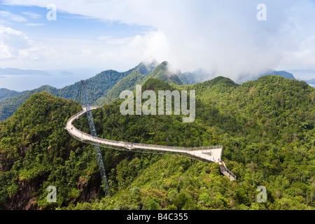 En Asie, la Malaisie, l'île de Langkawi, Pulau Langkawi, suspension suspendue au-dessus de l'allée de forêt vierge Banque D'Images
