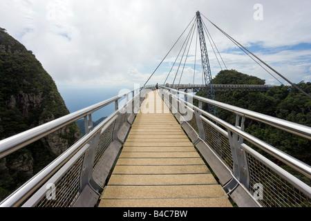 En Asie, la Malaisie, l'île de Langkawi, Pulau Langkawi suspension suspendue au-dessus de l'allée de forêt vierge Banque D'Images