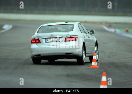 Lexus LS 460 l'impression d'ambiance, l'année de modèle 2007-, blanc, la conduite, la diagonale de l'arrière, vue Banque D'Images