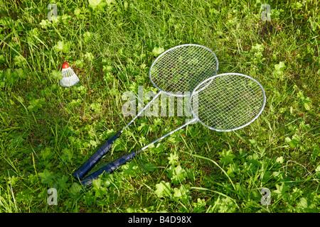Raquettes de badminton et volant sur l'herbe. Banque D'Images
