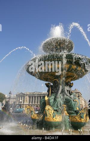 Fontaine ornementale à la place de la concorde dans la ville de Paris. Banque D'Images