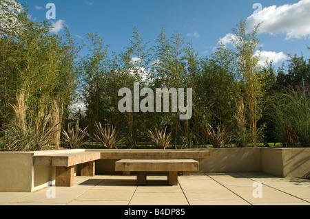 jardin urbain contemporain avec banquette lit pont de l. Black Bedroom Furniture Sets. Home Design Ideas