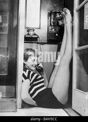 Jill Ireland actrice en cabine téléphonique Mars 1955 Banque D'Images