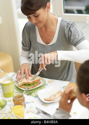 Mère et fille de prendre le petit déjeuner Banque D'Images