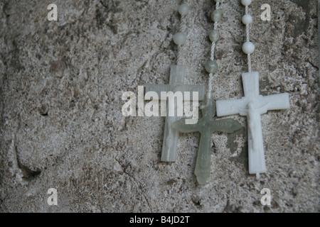 Trois rosaires sur côté route de culte à rome Banque D'Images