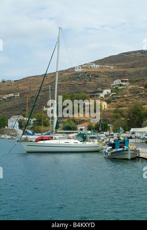 Location à quai sur Stern à Marina près de bateau de pêche au grec Ville Voukari Ile de Kea Cyclades Grèce mer Egéé Banque D'Images
