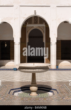 Fontaine dans la cour intérieure dans le Palais de la Bahia, Marrakech, Maroc, 2007 Banque D'Images