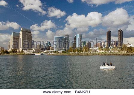 Plus de tours du centre-ville au bord de l'Embarcadero à San Diego vu de bateau d'excursion sur la baie de San Diego Banque D'Images
